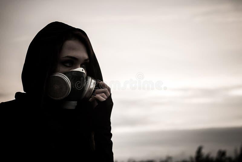 Kvinna i gasmasken royaltyfria bilder