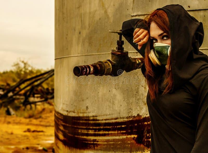 Kvinna i gasmasken royaltyfri foto