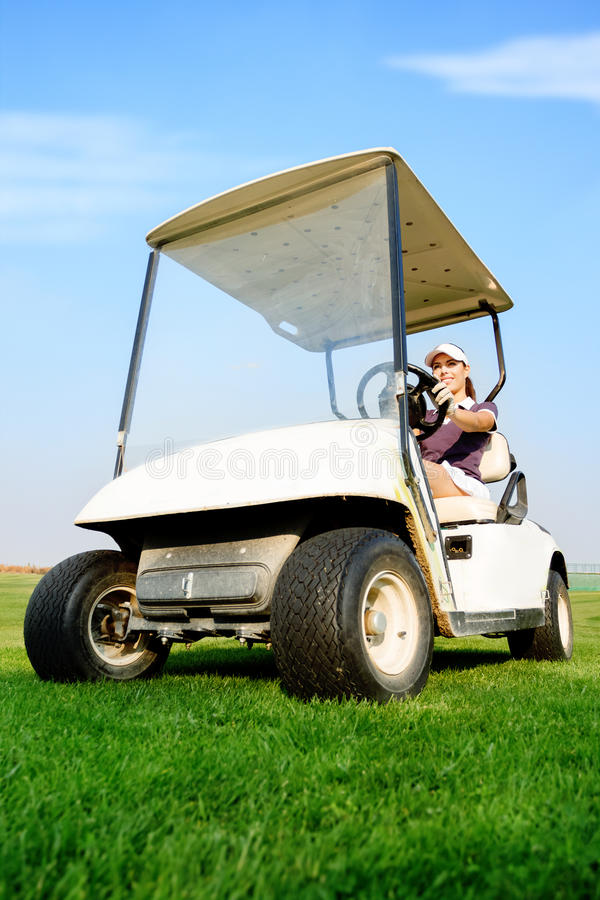 Kvinna i golfvagn arkivfoto