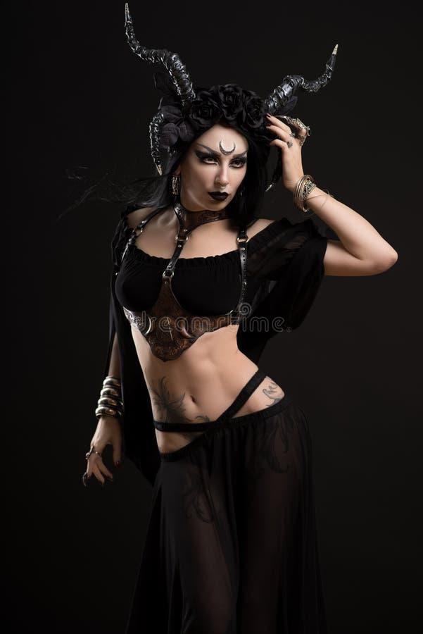 Kvinna i gotisk dräkt- och hornkrona arkivbild