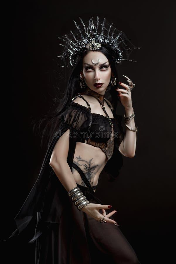 Kvinna i gotisk dräkt- och silverkrona royaltyfria bilder