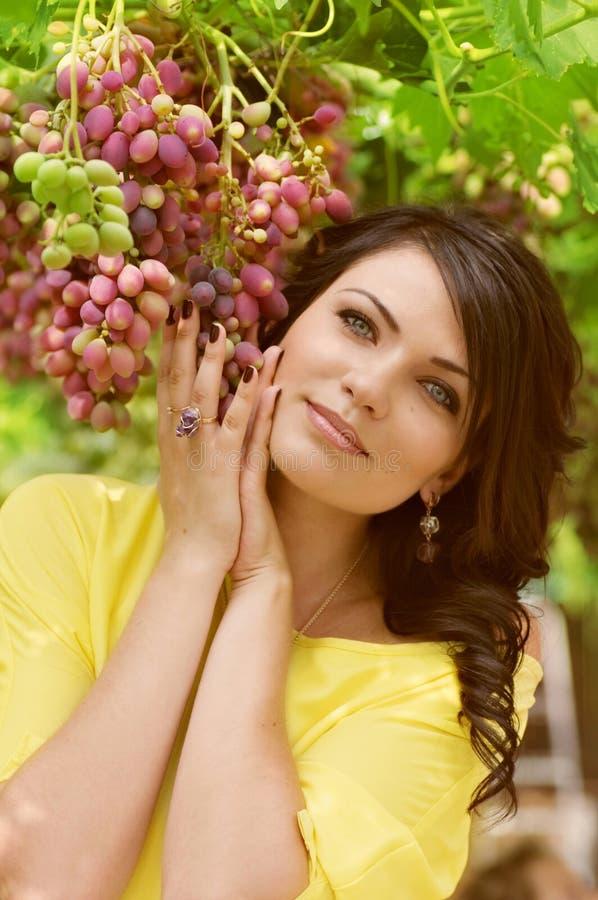 Kvinna i gräsplanträdgård royaltyfri fotografi