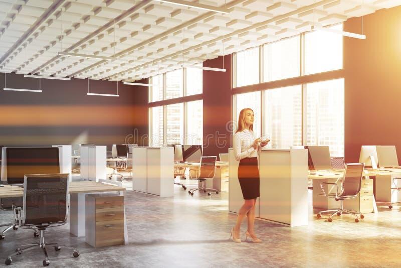 Kvinna i grått öppet utrymmekontor royaltyfri fotografi