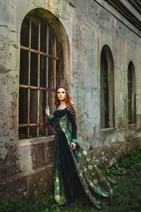 Kvinna I Grön Medeltida Klänning Fotografering för