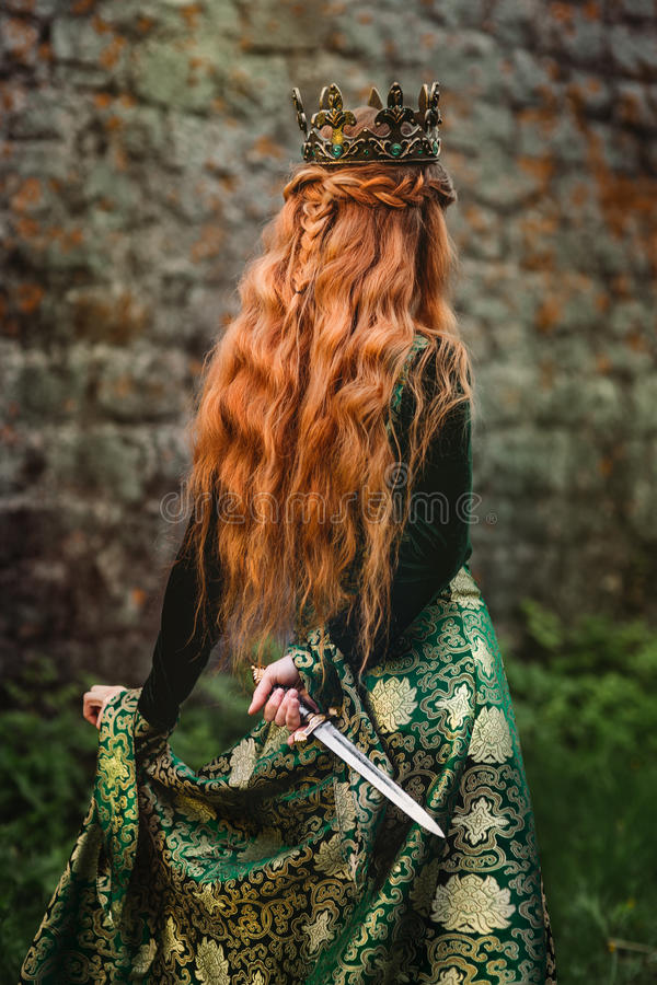 Kvinna i grön medeltida klänning arkivbild