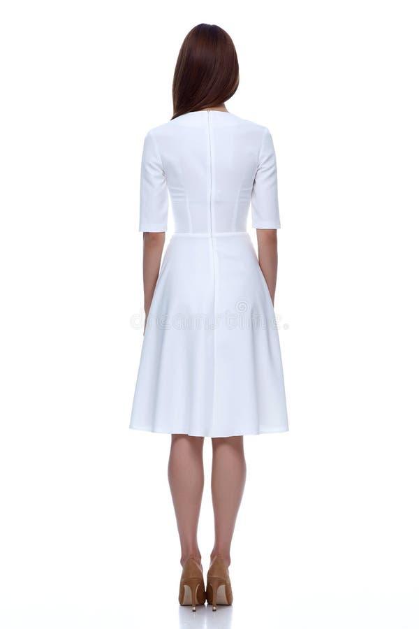 Kvinna i gullig vit kort skönhet för kläder för klänningmodekatalog arkivfoton
