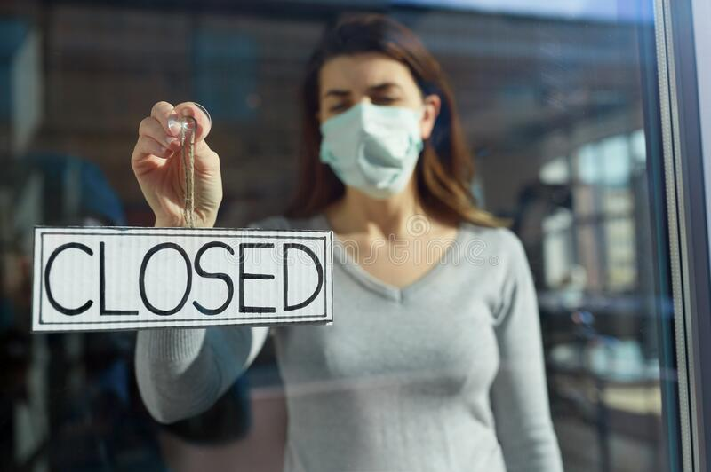 Kvinna i hängbanderoll för mask stängd på dörr fotografering för bildbyråer