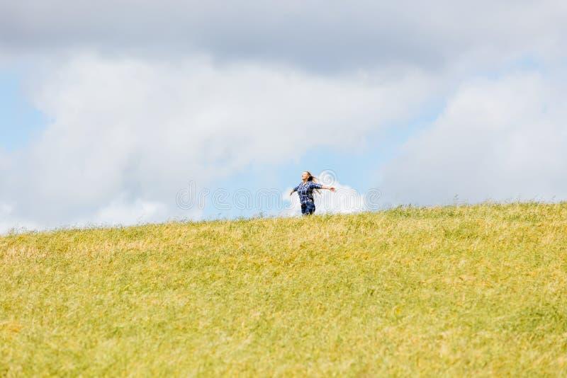 Kvinna i härlig naturinställning fotografering för bildbyråer