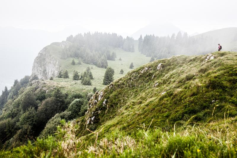 Kvinna i härligt berglandskap arkivfoton