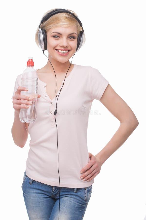 Kvinna i hörlurar. fotografering för bildbyråer