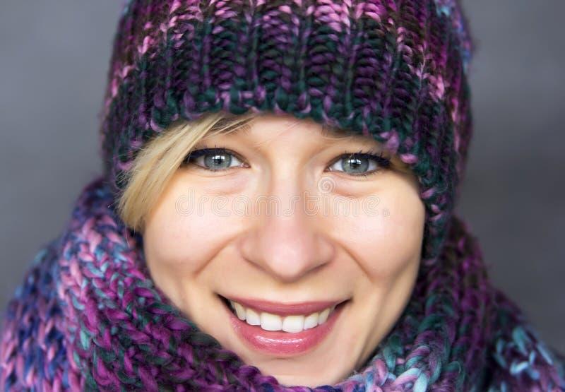 Kvinna i halsduk arkivbilder