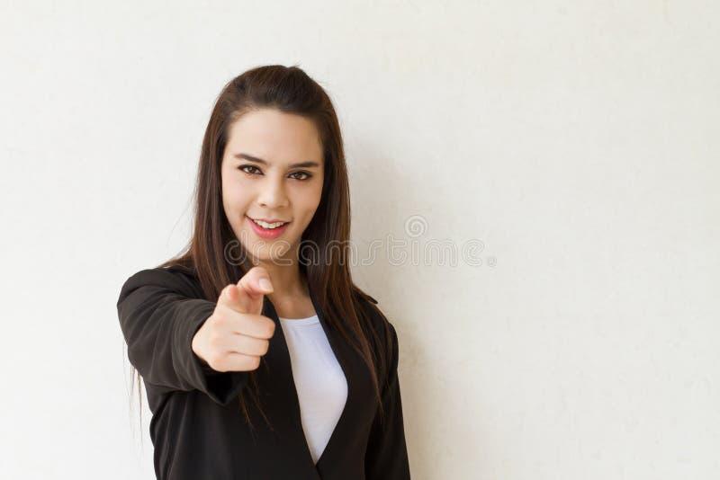 Kvinna i hand för affärsdräkt som framåtriktat pekar med textutrymme arkivbilder