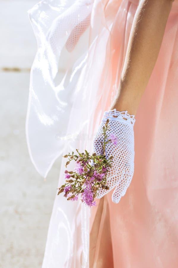 Kvinna i handgjorda spets- handskar royaltyfria foton