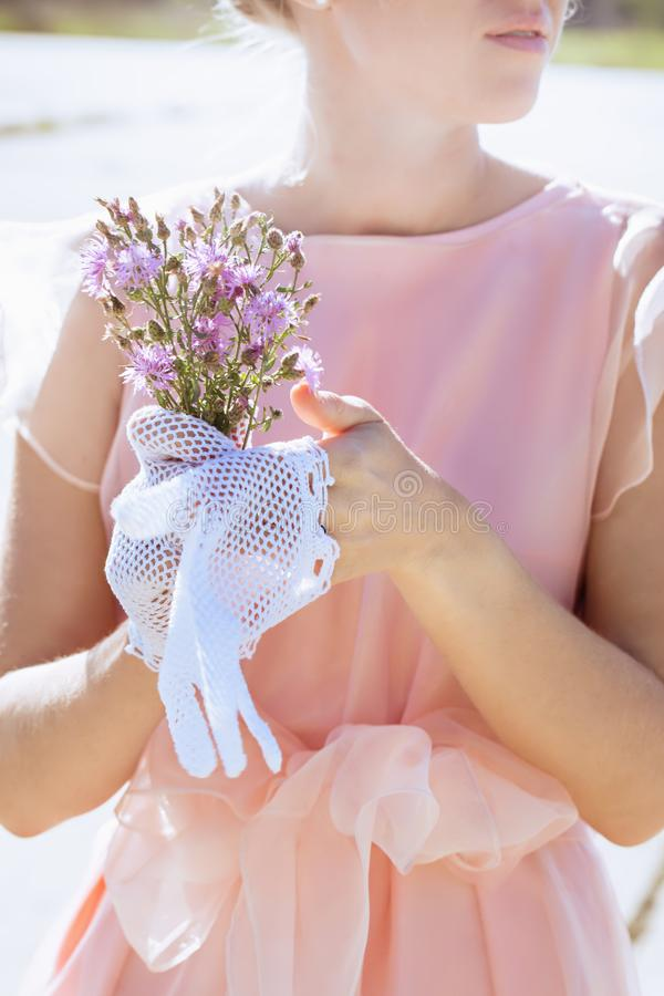 Kvinna i handgjorda spets- vita handskar arkivfoton
