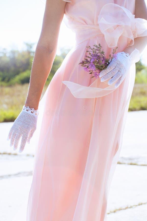 Kvinna i handgjorda spets- vita handskar arkivbild