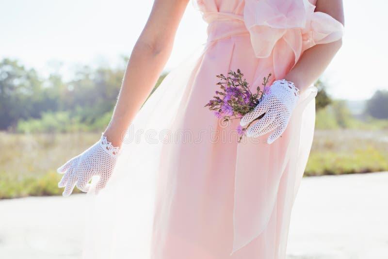 Kvinna i handgjorda spets- vita handskar royaltyfria foton