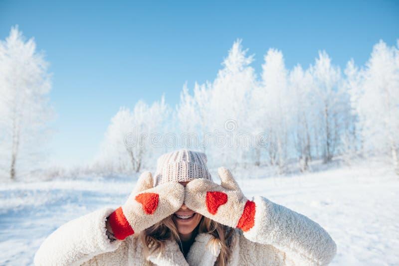 Kvinna i handskar i magisk vinterdag arkivfoton