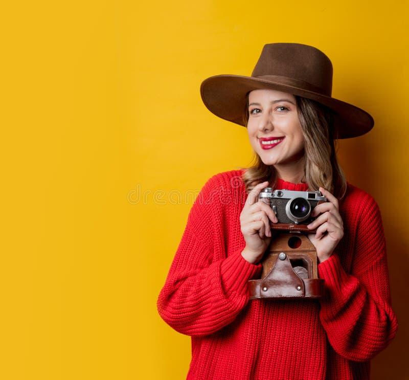 Kvinna i hatt med tappningkameran royaltyfri foto