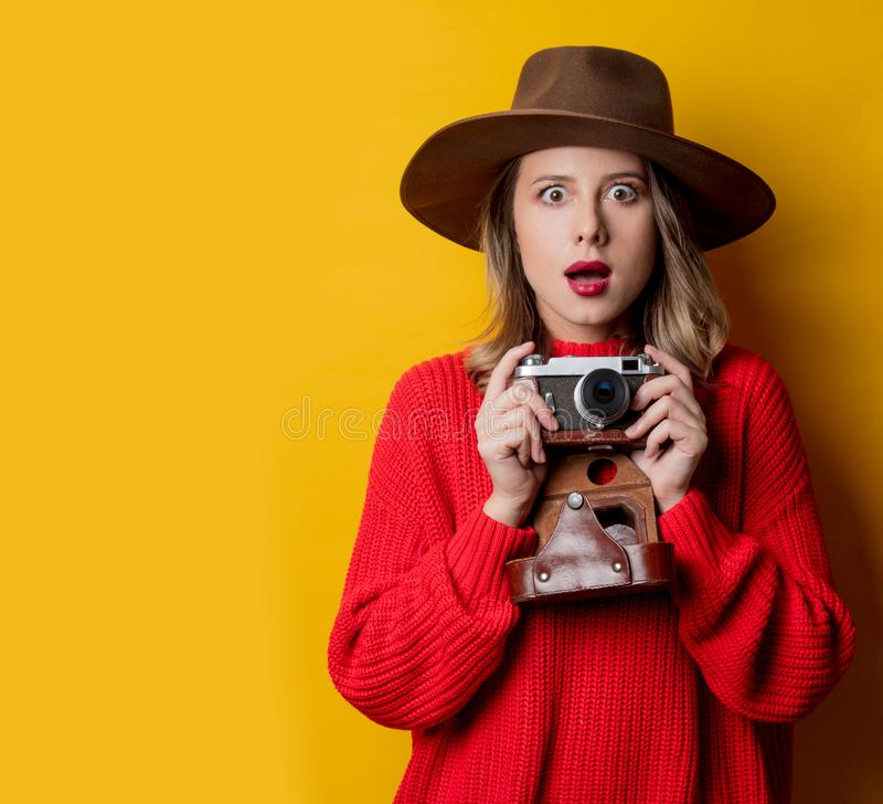 Kvinna i hatt med tappningkameran arkivfoton