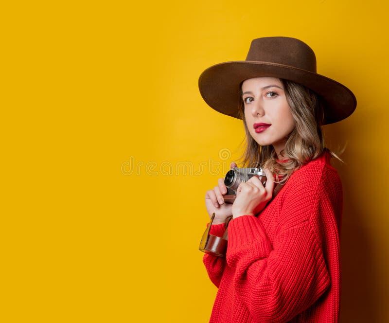 Kvinna i hatt med tappningkameran royaltyfria foton