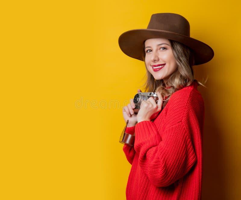 Kvinna i hatt med tappningkameran royaltyfri bild