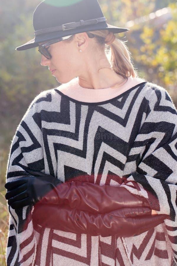Kvinna i hatt och långa handskar arkivbild