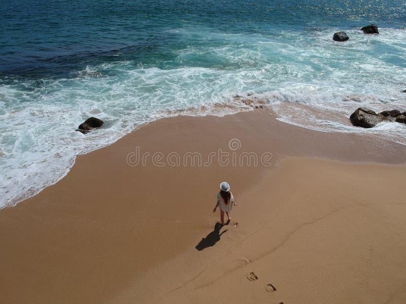 Kvinna i hatt på den tropiska ovannämnda stranden Acapulco, Mexico för sand royaltyfria bilder