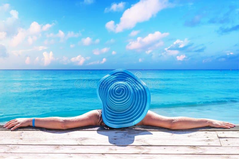 Kvinna i hatt på det härliga karibiska havet, Mexico royaltyfri bild