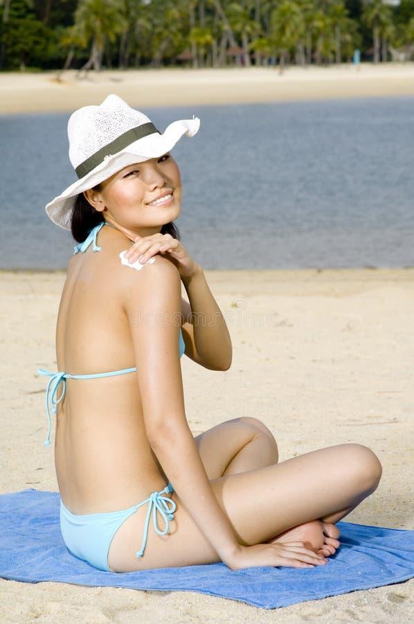Kvinna i hatt på strand arkivfoton