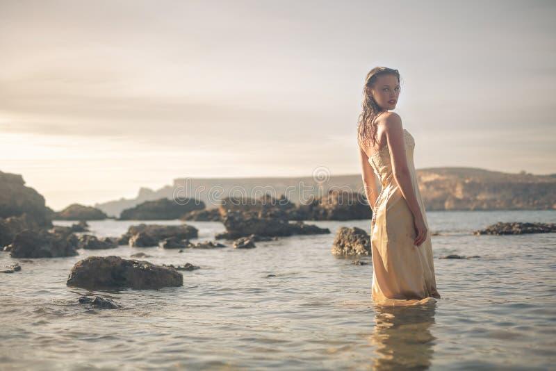 Kvinna i havet arkivfoto