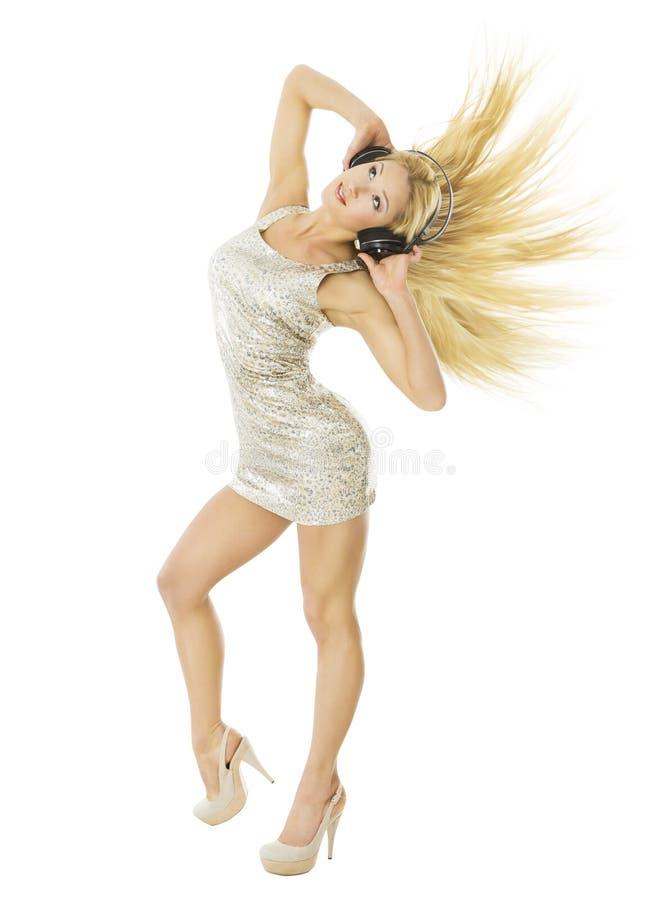 Kvinna i headpnones som dansar att lyssna till musik som isoleras över vit arkivbilder
