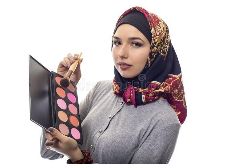 Kvinna i Hijab som en sminkkonstnär arkivfoton
