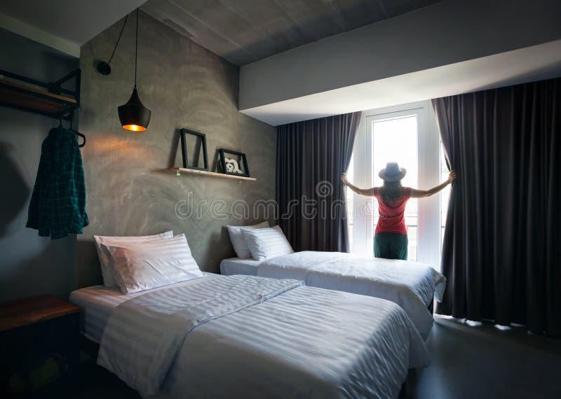 Kvinna i hotellrum arkivbilder