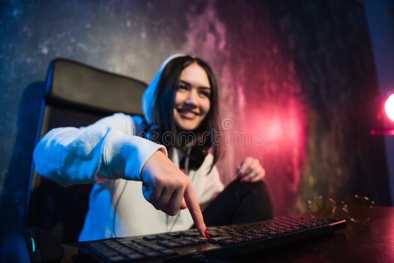 Kvinna i huvsammanträdet och arbete på bärbara datorn som en hacker Rinnande malwareprogram på datoren i internet med royaltyfria foton