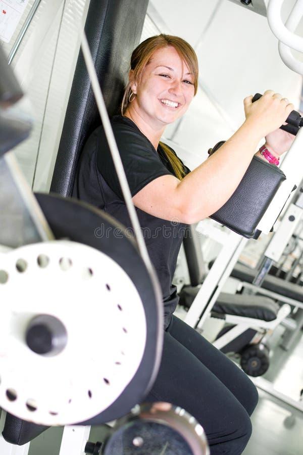 Kvinna i idrottshallen royaltyfria foton
