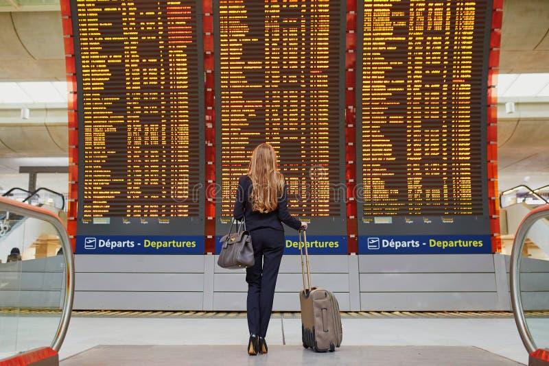 Kvinna i internationell flygplats arkivfoto