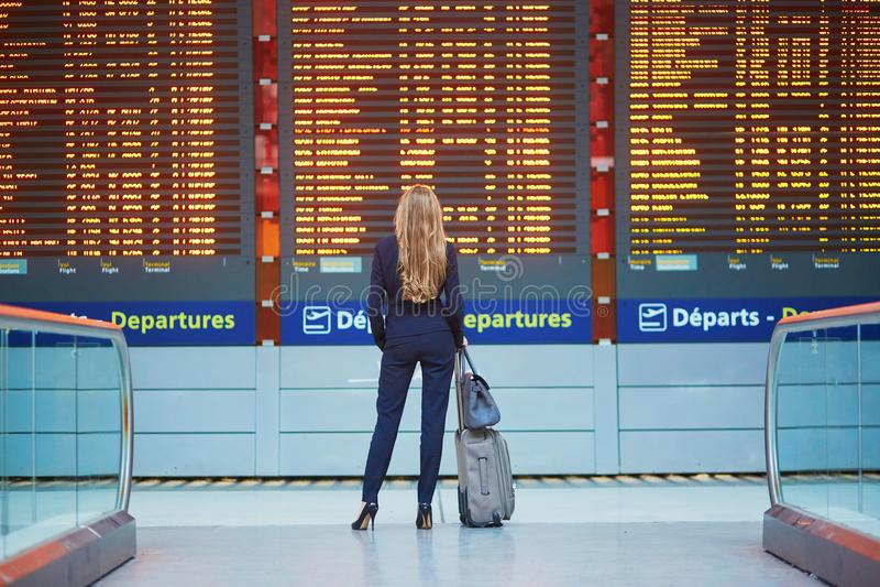 Kvinna i internationell flygplats royaltyfri foto