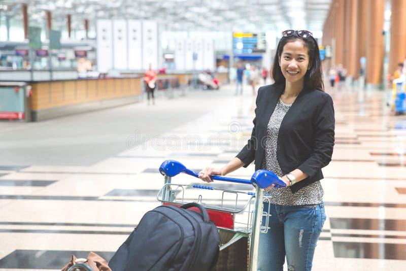 Kvinna i internationell flygplats royaltyfri fotografi