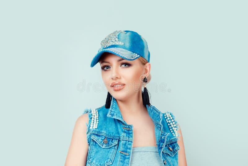 Kvinna i jeans hatt och omslag royaltyfri bild