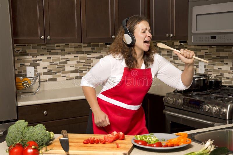 Kvinna i kök arkivbild