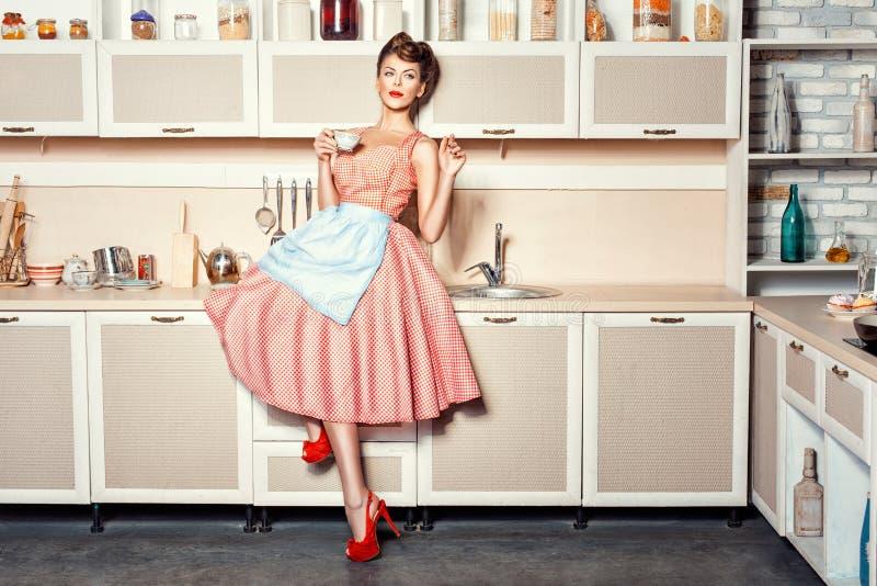 Kvinna i kök royaltyfri bild