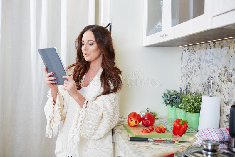 Kvinna i kök arkivbilder