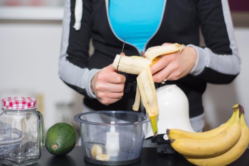 Kvinna i köksnittbanan med kniven i blandare fotografering för bildbyråer