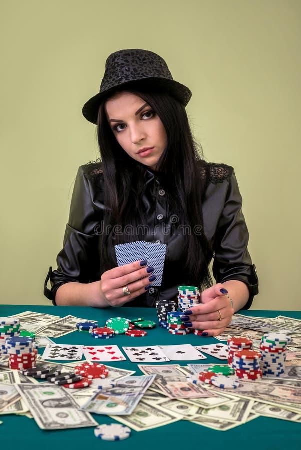 Kvinna i kasino med kort och chiper arkivbild