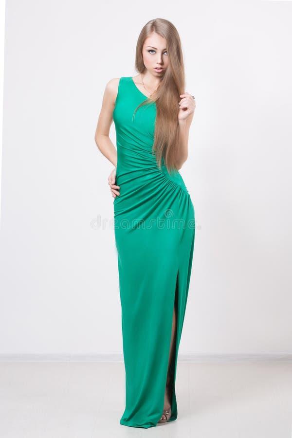 Kvinna i klänning för skönhetmodegräsplan arkivfoto