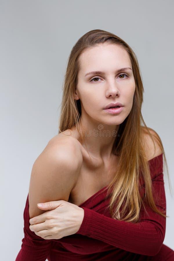 Kvinna i klänning i studio arkivbild