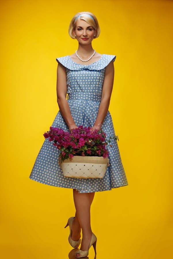 Kvinna i klänning på gul bakgrund royaltyfri fotografi