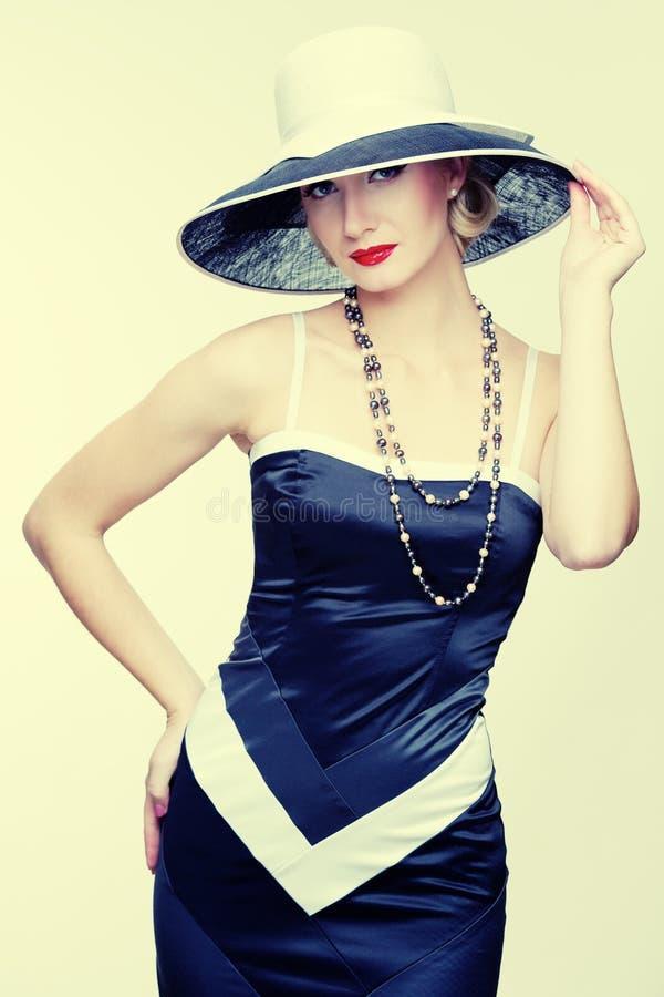 Kvinna i klänningen som isoleras på white arkivbild