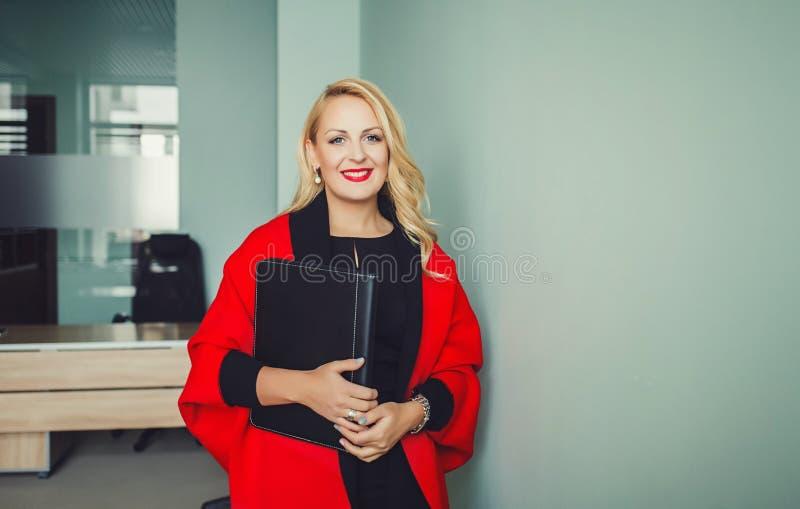 Kvinna i kontoret fotografering för bildbyråer