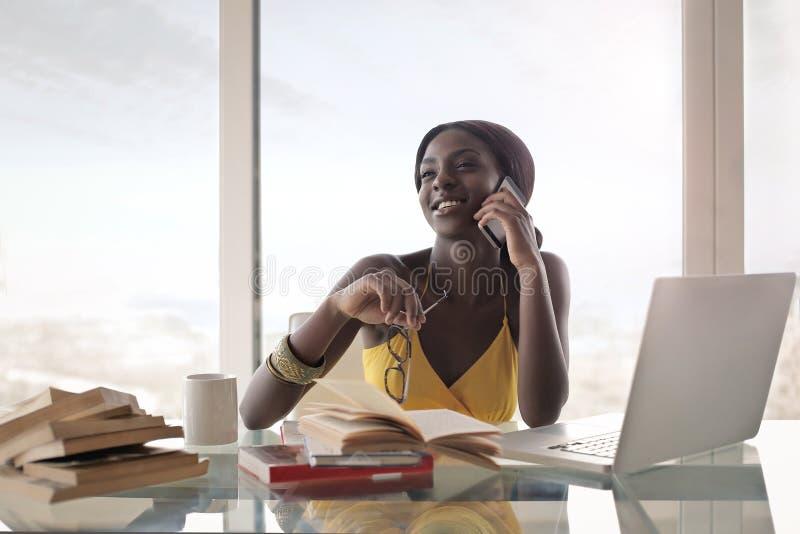 Kvinna i kontoret royaltyfri bild